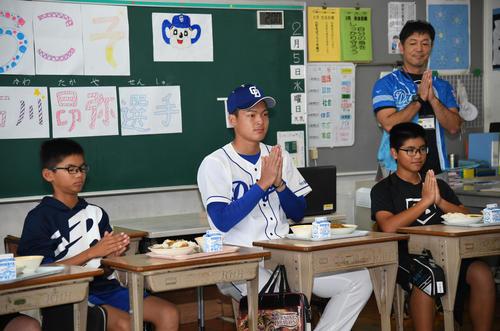 休日となった今日、地元の小学校へ訪問し児童らと給食の時間を共に過ごし交流した中日石川昂弥(撮影・森本幸一)