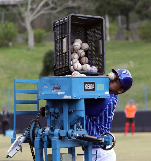 DeNAドラフト1位の森。新人らしく、マシンにボールを入れる手伝いをしていたが、そのうち1個のボールが顔面にヒットした(撮影・大野祥一)
