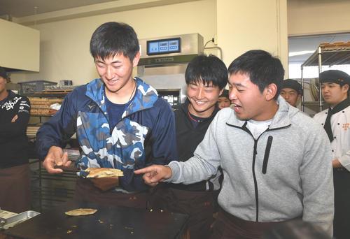 パンケーキを焼くオリックス紅林(左)に突っ込みを入れる(左から)宮城、松山(撮影・前岡正明)