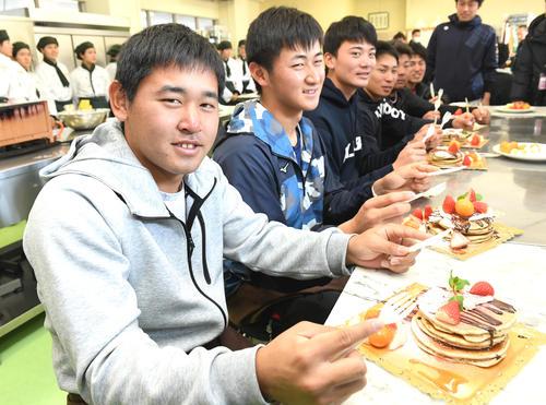 パンケーキ作りに挑戦したオリックス新人選手。(左から)宮城、紅林、前、村西、大下、鶴見(撮影・前岡正明)