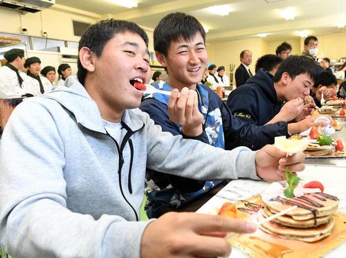パンケーキ作りに挑戦したオリックスの新人選手。宮城(左)は紅林(中央)から食べさせてもらう。右は前(撮影・前岡正明)