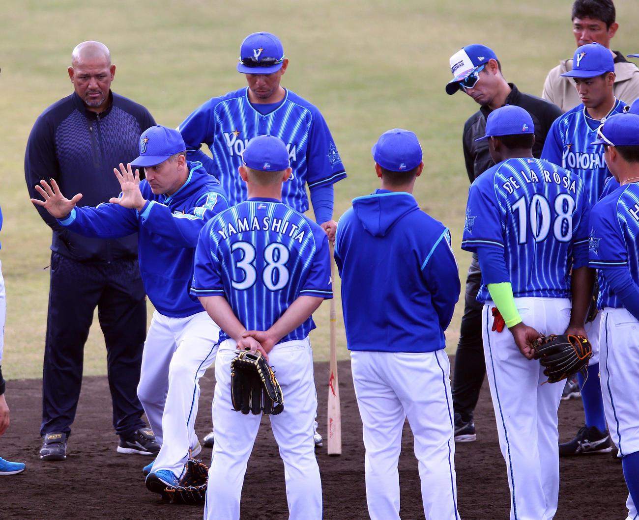 ノック後、身ぶり手ぶりをまじえて森(右)らDeNA選手たちに指導するビスケル氏(左手前)。左後方はラミレス監督(撮影・大野祥一)