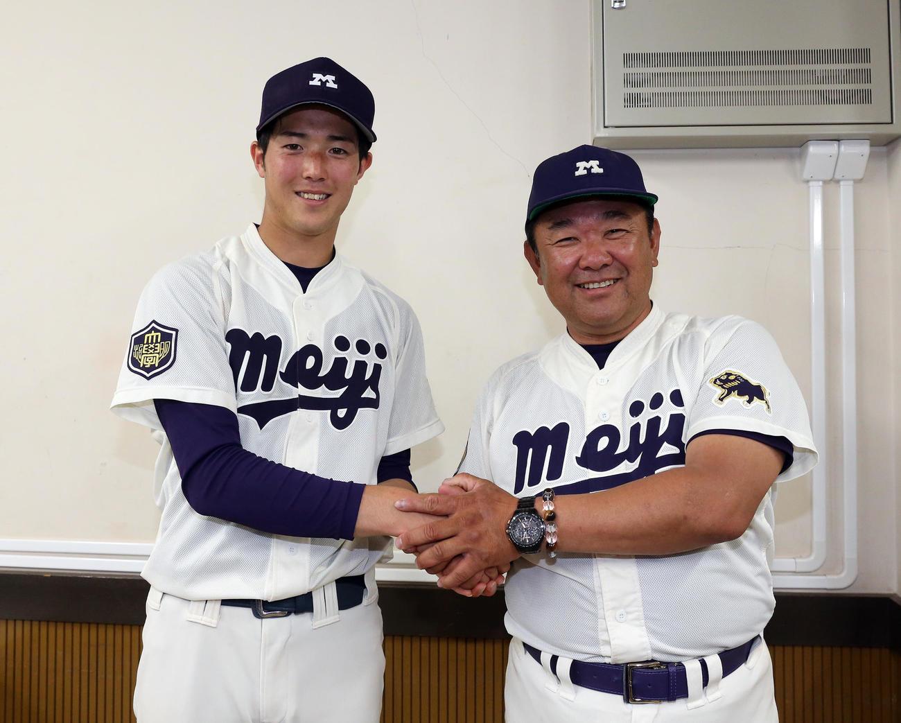 5季ぶりの優勝を喜び、固く握手する明大の森下暢仁(左)と善波達也監督(2019年5月26日)