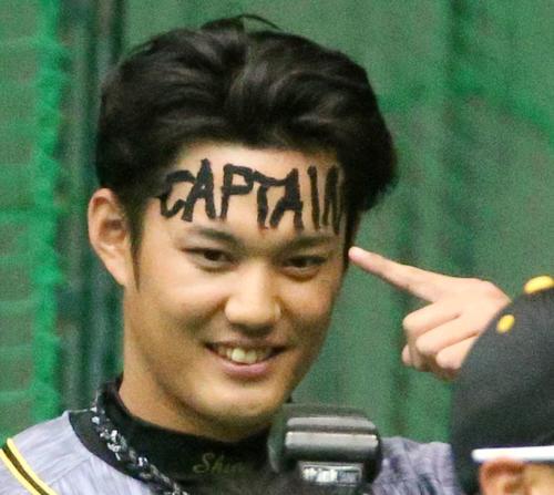 1日キャプテンの藤浪は額に「CAPTAIN」とテープを張って披露する(撮影・上山淳一)