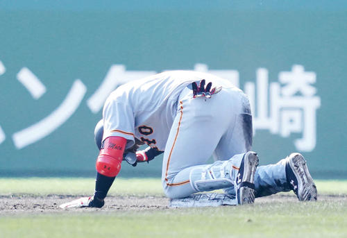 巨人宮崎キャンプ紅白戦 紅組対白組 3回表紅組1死一塁、モタは左超えの安打を放ち、二塁を狙うもタッチアウト。二塁上でグラウンドを叩いてくやしがる(撮影・加藤諒)