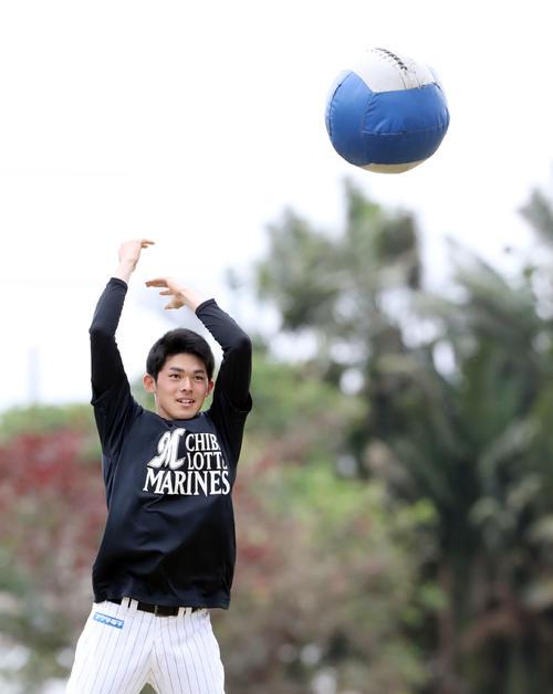 ボールを使ってトレーニングするロッテ佐々木朗(撮影・垰建太)