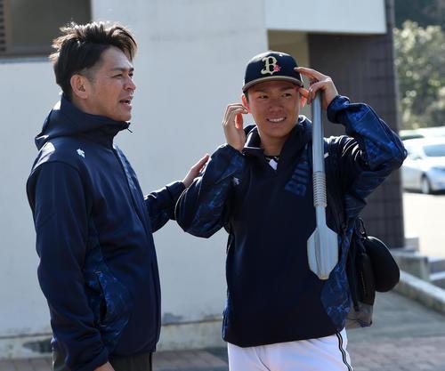 タレントの岡田圭右(左)から激励を受けるオリックス山本由伸(撮影・前岡正明)