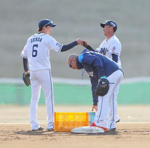 1人10球ノーミスで球をキャッチする特守で西武源田(左)と森越コンビは互いに声を出し合い成し遂げ、笑顔でこぶしを合わせた(撮影・河田真司)