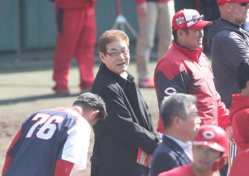 広島のキャンプを視察に訪れた山本浩二氏(中央)は倉コーチのあいさつを受ける。奥は佐々岡監督(撮影・梅根麻紀)