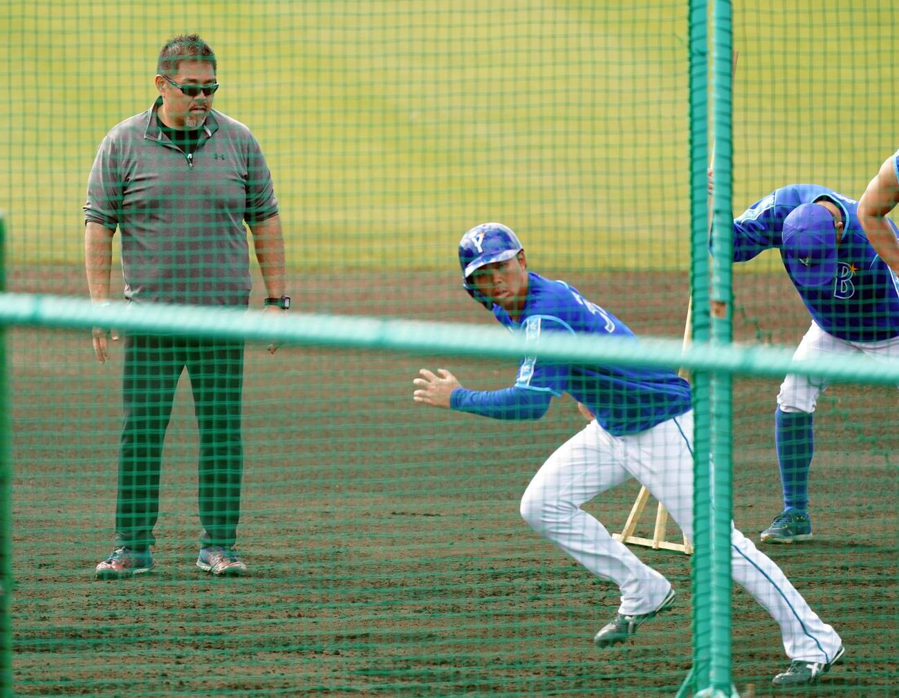 野手に走り方を指導する朝倉氏(左)(撮影・大野祥一)