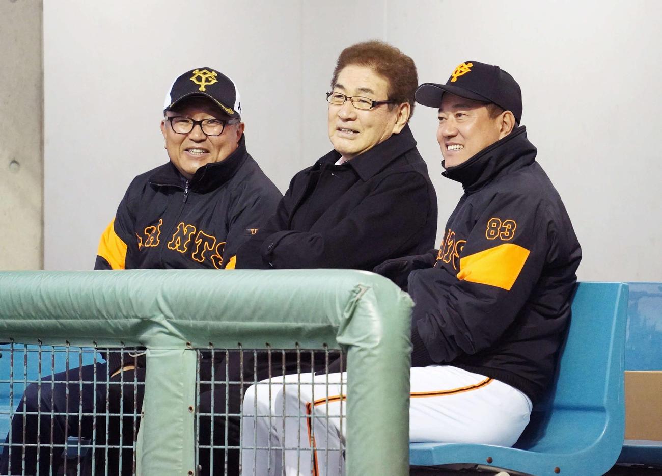 巨人宮崎キャンプを訪問し、原辰徳監督(右)、今村司球団社長(左)と談笑する山本浩二氏(撮影・加藤諒)