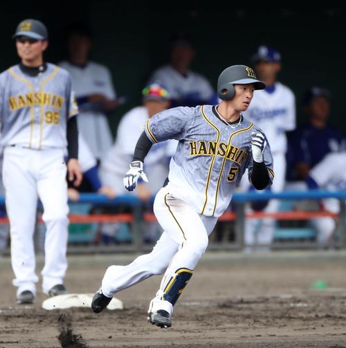 中日対阪神 5回表阪神無死一、二塁、近本は右越え適時三塁打を放つ(撮影・加藤哉)