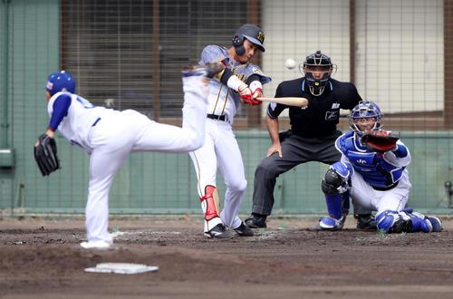 中日対阪神 2回表阪神2死、木浪は右中間越え二塁打を放つ(撮影・加藤哉)