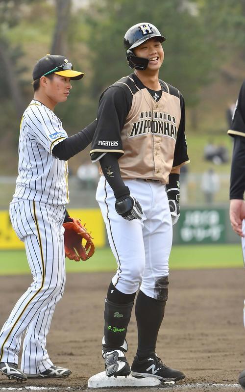 阪神対日本ハム練習試合 8回表日本ハム2死二塁、右翼線へ三塁打を放ち笑顔を見せる谷口(撮影・上田博志)