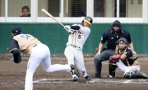 阪神対日本ハム 6回裏阪神1死二塁、近本は右越え2点本塁打を放つ(撮影・加藤哉)