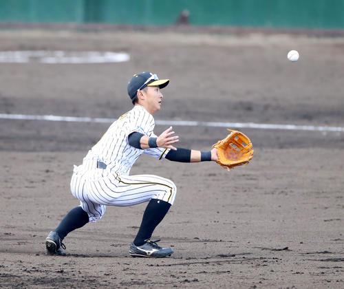 阪神対日本ハム 8回表日本ハム1死、熊谷は松本の打球を捕球できず(撮影・加藤哉)