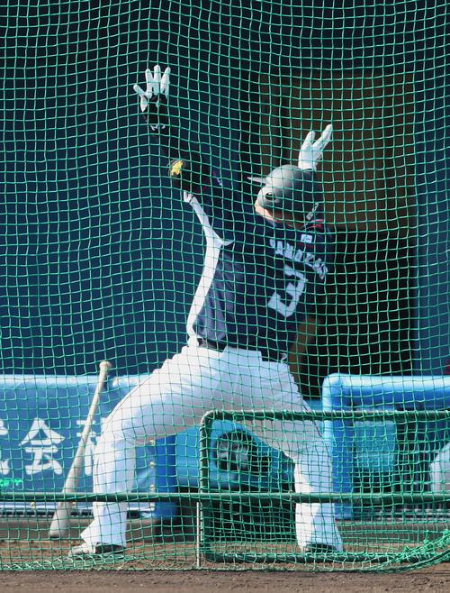 西武山川はシート打撃で本塁打を放ち「どすこいポーズ」(撮影・足立雅史)