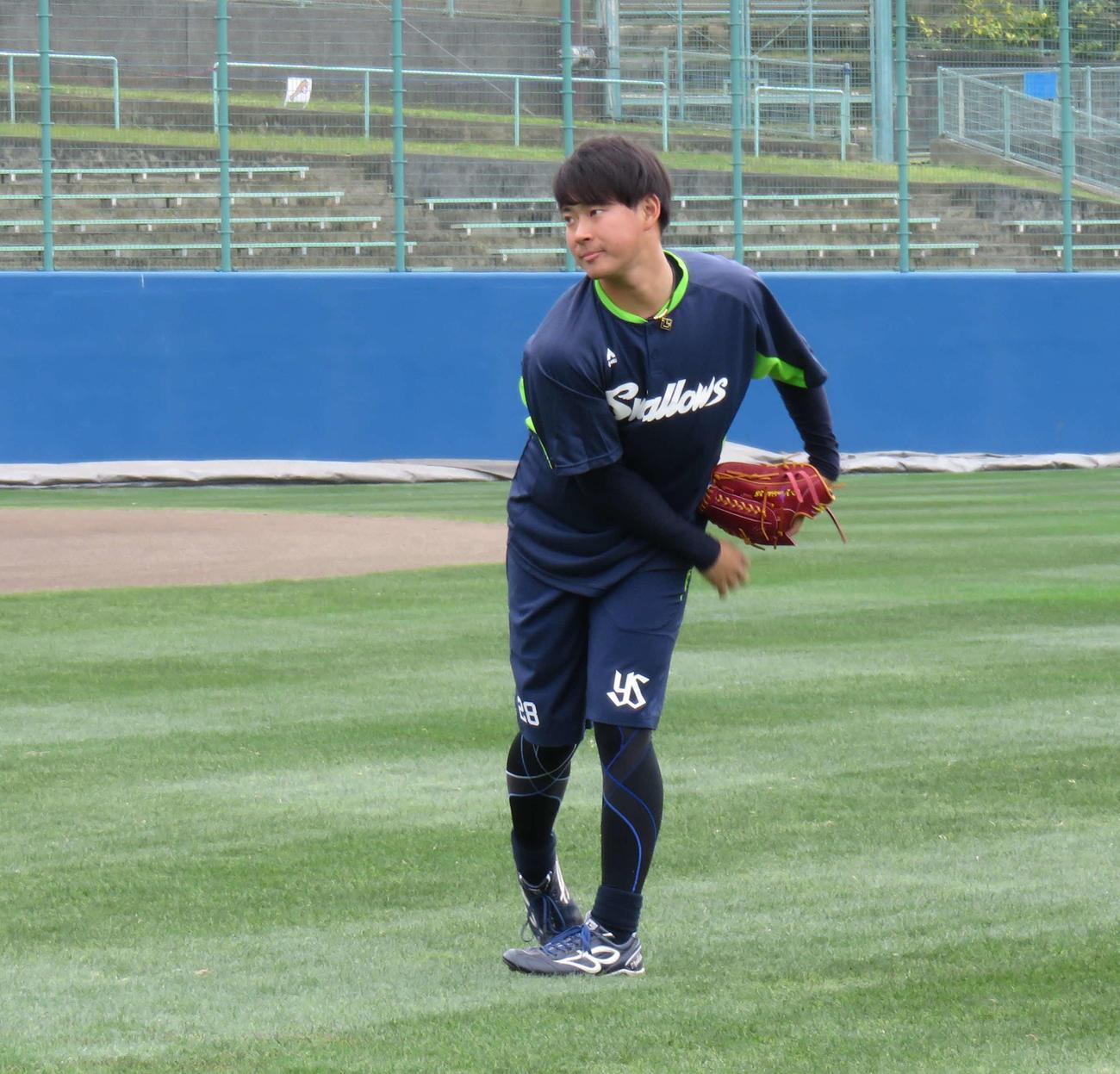 休日にキャッチボールをするヤクルトのドラフト2位、吉田大喜