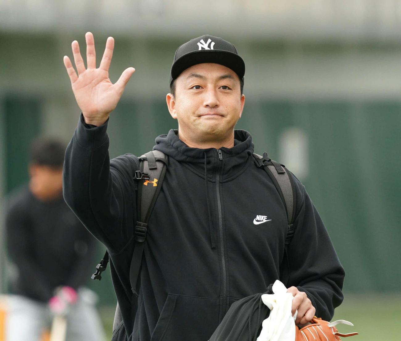 「ハロー!」。インフルエンザによる休養から復帰し、何故か英語で報道陣に挨拶をする巨人沢村(撮影・加藤諒)