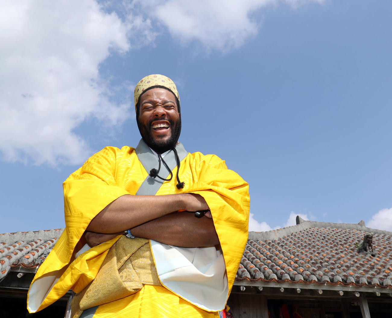 休日に「石垣やいま村」を訪れ王族の衣装を着込み満面の笑顔のロッテのジャクソン(撮影・垰建太)