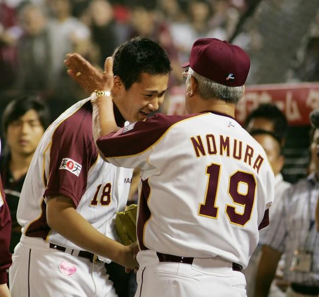 07年6月13日、プロ初完封でほめられるはずの楽天田中将大(左)だったが野村克也監督にたたかれ苦笑い
