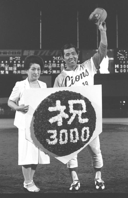 西武対南海 3000試合出場を決め小学校時代の恩師・西村さんから花束を受け取る野村克也