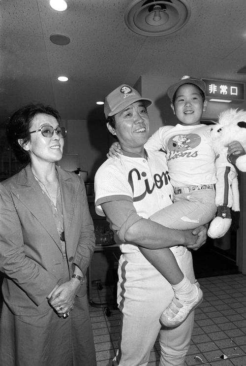 80年8月、3000試合出場を決めた野村(中央)と沙知代夫人(左)と克則