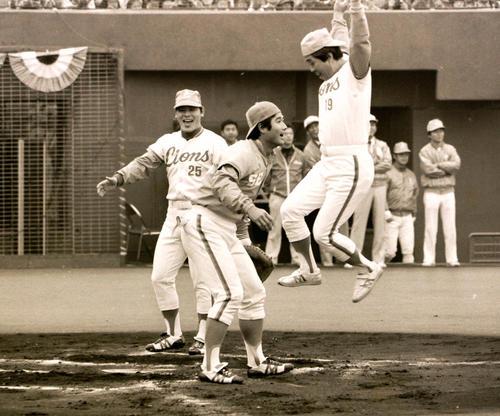 西武の野村克也(右)は引退式でランニング本塁打を放ちジャンプしてホームイン=1980年11月16日