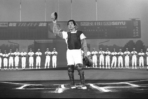 80年の引退式でファンに手を挙げて挨拶する野村克也氏