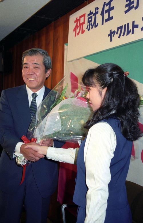 ヤクルト監督就任会見で、花束を渡され笑顔を見せる野村克也監督=1989年10月19日