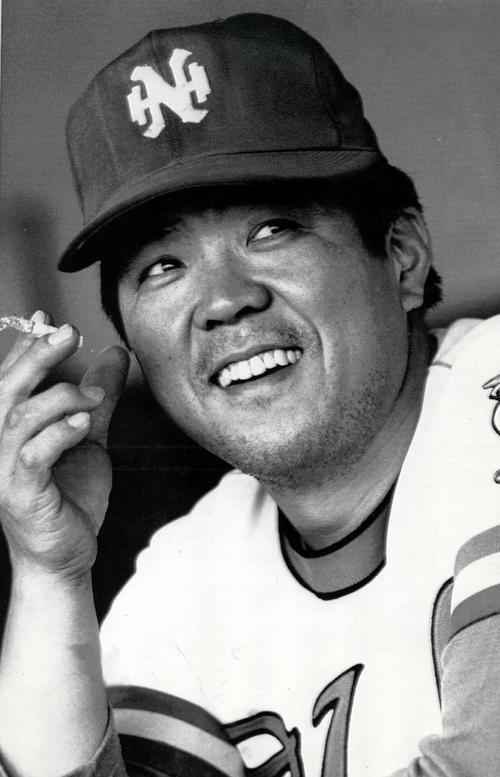 タバコを片手に笑顔をみせる南海時代の野村克也