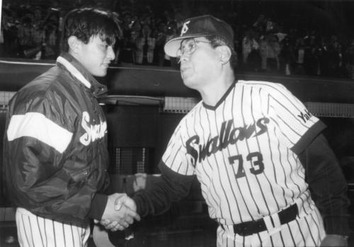 ヤクルト野村克也監督から祝福の握手をうけた荒木大輔=1992年10月3日
