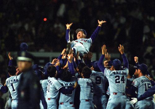 ヤクルトリーグ優勝 阪神対ヤクルト 野村克也監督はナインから胴上げされる 1992年10月10日