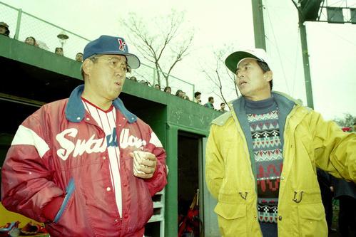 報道陣に囲まれた中で口論する評論家の王氏(右)とヤクルト野村監督 1994年2月19日