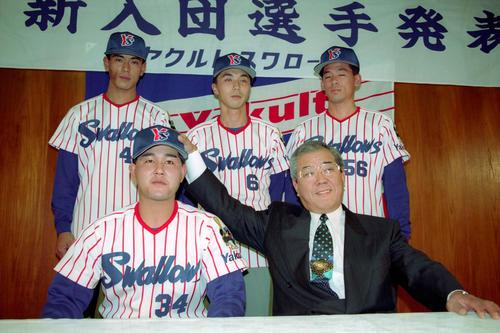 94年12月のヤクルト新入団発表。前列左から北川哲也、野村監督、後列左から稲葉、宮本慎也、吉元伸二