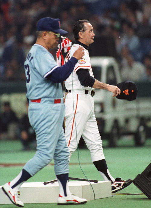 巨人対ヤクルト 開幕戦で顔を合わせた巨人の長嶋茂雄監督(右)とヤクルト野村克也監督 試合前のセレモニーでは視線を合わせることはなかった=95年4月7日