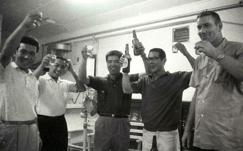 パリーグ優勝で乾杯、左から広瀬叔功外野手、小池兼司内野手、(中央)野村克也捕手、杉浦忠投手、J・スタンカ投手(右端)=1964年9月
