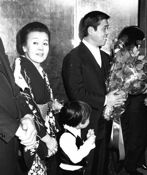 ロッテの野村克也、銀球式で沙知代夫人と(1978.1.25)