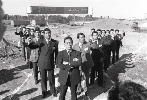 79年、工事中の西武球場見学し、根本陸夫監督を中心にV字を作るナイン。右隣が野村克也