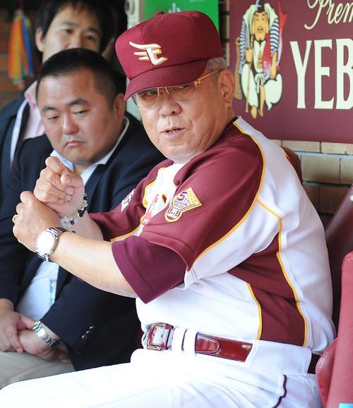 試合前、記者に囲まれる楽天野村克也監督(2009年6月2日)