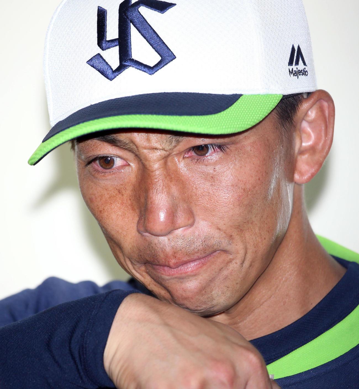 亡くなった野村氏を思い、泣きながら報道陣に対応する嶋(撮影・狩俣裕三)