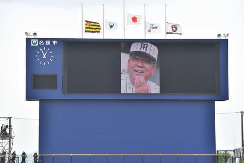 日本ハム対阪神練習試合 バックスクリーンには野村克也氏の笑顔が映しだされた(撮影・上田博志)