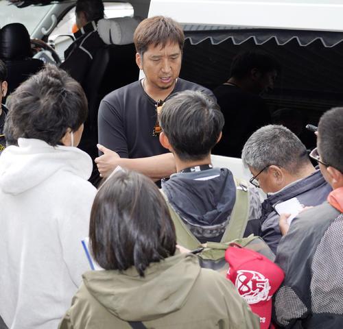 元阪神監督の野村克也氏の訃報を知った藤川は記者たちに囲まれ話す(撮影・上山淳一)