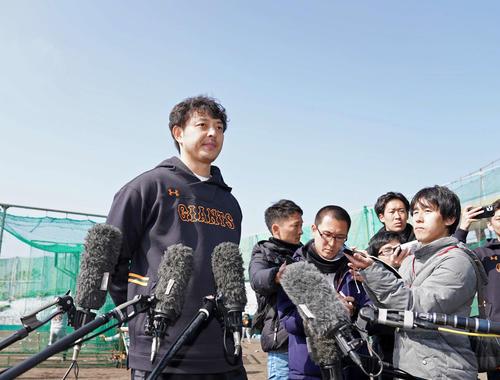 野村克也氏の死去を受け、沈痛な面持ちで記者の取材に応える巨人岩隈(撮影・加藤諒)