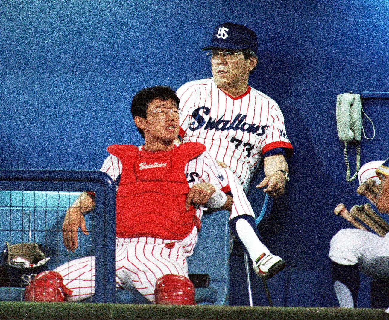 野村克也監督の前に座る古田敦也(1991年7月2日撮影)
