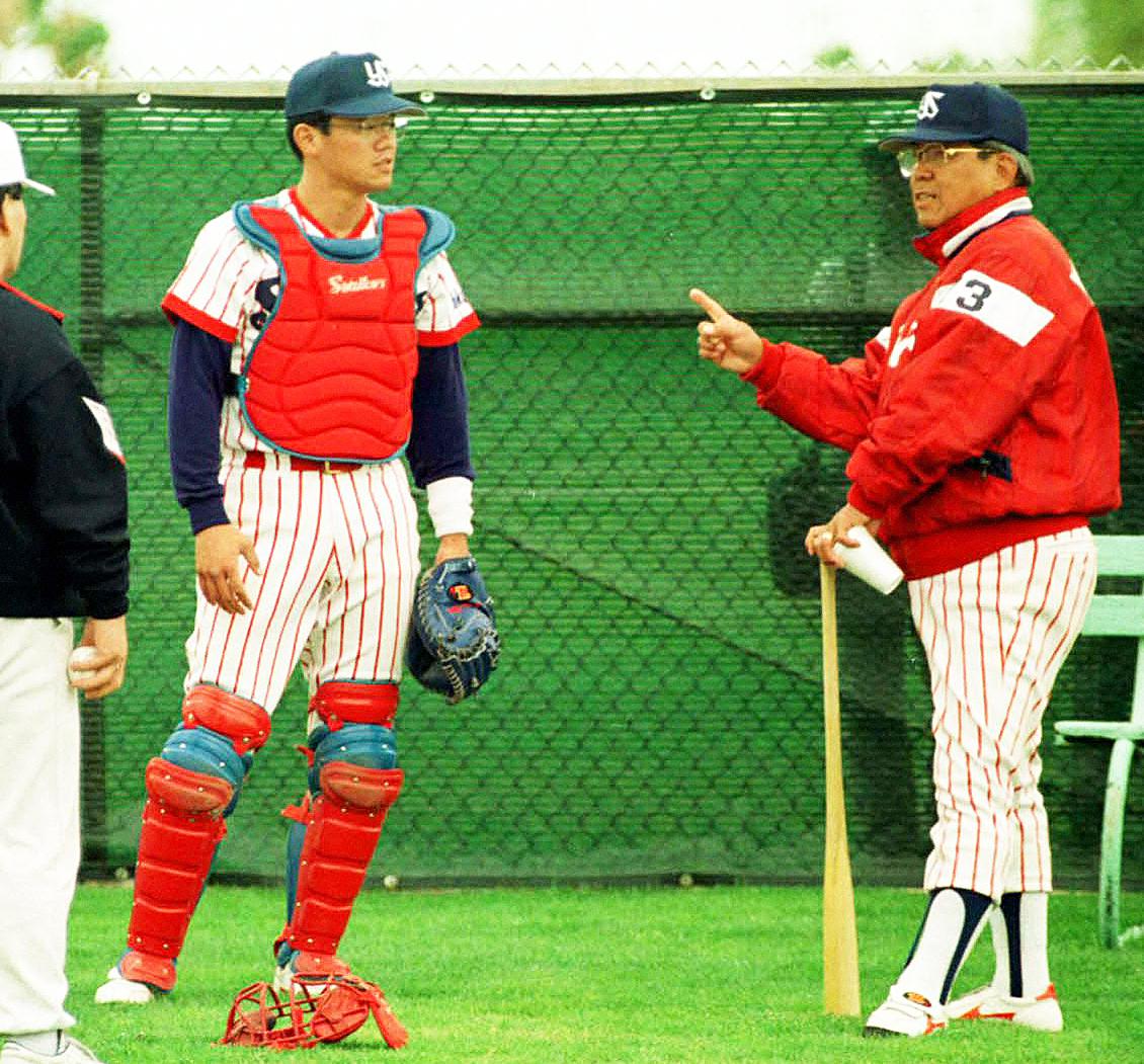 ヤクルトユマキャンプで古田敦也を指導する野村克也監督(右)(1992年2月撮影)