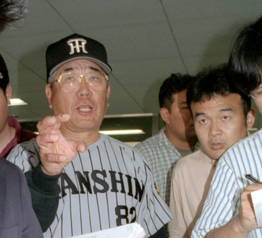 00年、阪神野村克也監督(左)と本紙の寺尾博和編集委員