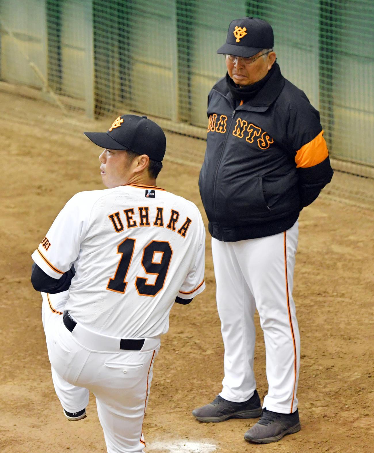 19年3月、ブルペンで力投する巨人上原(手前)に視線を送る小谷正勝巡回投手コーチ