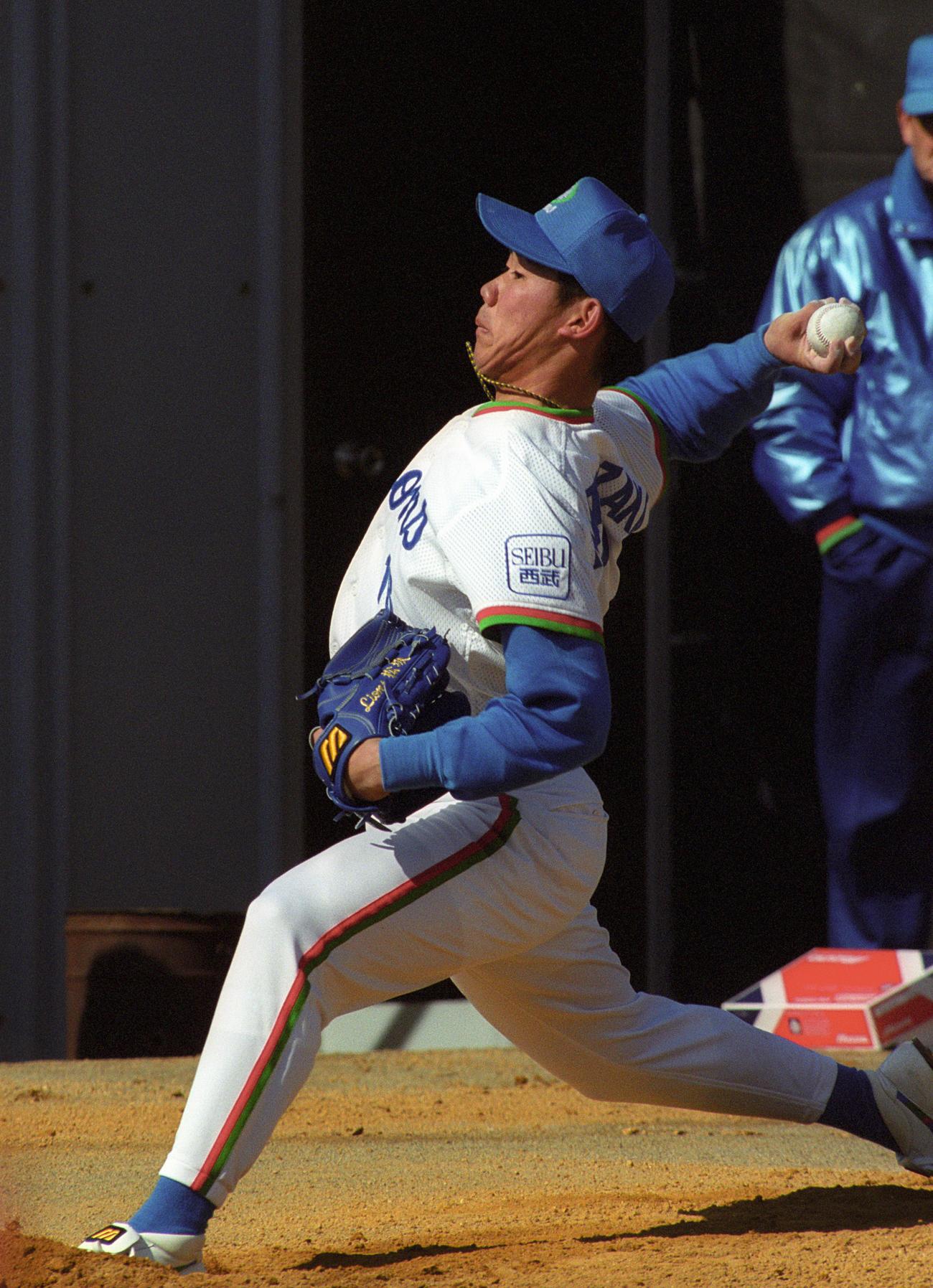 西武春季キャンプ ブルペンで投げ込む松坂大輔(99年2月3日撮影)