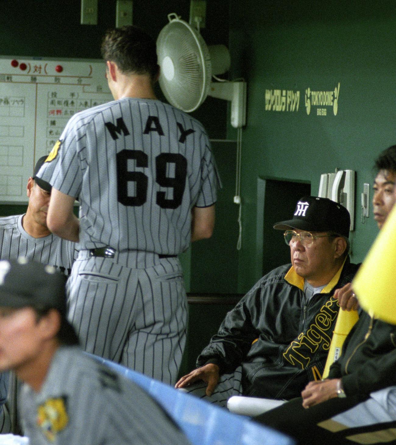 阪神・野村克也監督(右)の横を通り過ぎるダレル・メイ(1999年5月29日撮影)